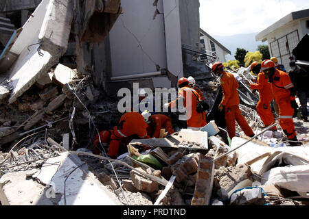 Palu, Central Sulawesi, Indonesia. 1st Oct, 2018. PALU, INDONESIA - OCTOBER 01, 2018 : A search and rescue team searching for paragliding member team victims at the Roa-roa hotel collapsed after an earthquake hit on October 1, 2018 in Palu, Central Sulawesi Province, Indonesia. Credit: Sijori Images/ZUMA Wire/Alamy Live News - Stock Photo