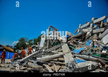 Palu, Indonesia. 1st Oct, 2018. Rescue members work at a collapsed hotel in Palu, Central Sulawesi, Indonesia, on Oct. 1, 2018. Over 1,203 people were killed in Palu, Donggala district, Parigi Mountong district and North Mamuju district, according to the Disaster Management Institute of Indonesia, Care for Humanity and the Humanity Data Center. Credit: Iqbal Lubis/Xinhua/Alamy Live News - Stock Photo