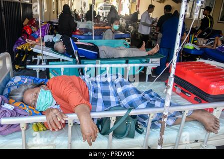 Palu, Indonesia. 1st Oct, 2018. People injured in the earthquake and tsunami receive medical treatment at a hospital in Palu, Central Sulawesi, Indonesia, on Oct. 1, 2018. Over 1,203 people were killed in Palu, Donggala district, Parigi Mountong district and North Mamuju district, according to the Disaster Management Institute of Indonesia, Care for Humanity and the Humanity Data Center. Credit: Iqbal Lubis/Xinhua/Alamy Live News - Stock Photo