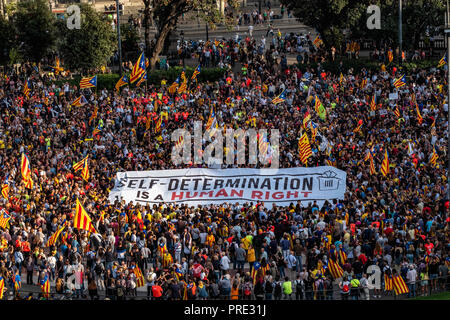 Barcelona, Catalonia, Spain. 1st Oct, 2018. A large banner is seen among a crowd of protesters.Thousands of pro-independence protesters from Catalonia have participated in the anniversary march of the 1-O referendum, Credit: Paco Freire/SOPA Images/ZUMA Wire/Alamy Live News - Stock Photo