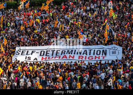 Barcelona, Catalonia, Spain. 1st Oct, 2018. A large banner is seen among a crowd of protesters. Thousands of pro-independence protesters from Catalonia have participated in the anniversary march of the 1-O referendum. Credit: Paco Freire/SOPA Images/ZUMA Wire/Alamy Live News - Stock Photo