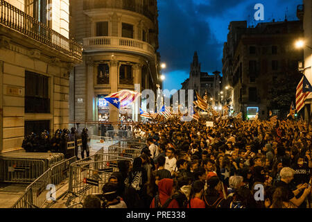 Barcelona, Catalonia, Spain. 1st Oct, 2018. A large crowd of pro-independence demonstrators from Catalonia is seen in front of the Police Station.Thousands of pro-independence protesters from Catalonia have participated in the anniversary march of the 1-O. At the end of the demonstration hundreds of people gathered in front of the Police station until the police push them away. Credit: Paco Freire/SOPA Images/ZUMA Wire/Alamy Live News - Stock Photo