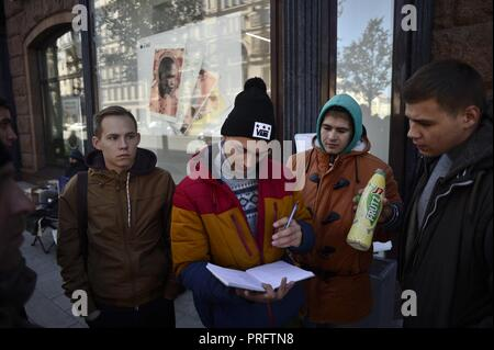 September 26, 2018. - Russia, Moscow. - People gather by a re:Store shop on Tverskaya Street as Apple launches iPhone XS, iPhone XS Max, and iPhone XR sales in Russia on September 28, 2018. - Stock Photo