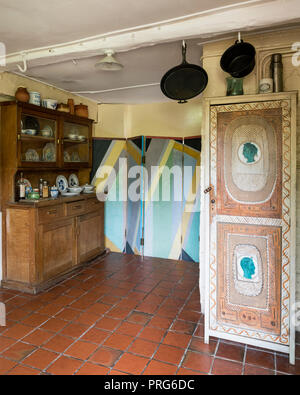 Folding screen and dresser with painted cupboard storage in cottage kitchen, once home to Virgina Wolfe - Stock Photo