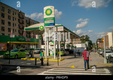 A BP gas station in the Washington Heights neighborhood in New York on Saturday, September 29, 2018.  (© Richard B. Levine) - Stock Photo