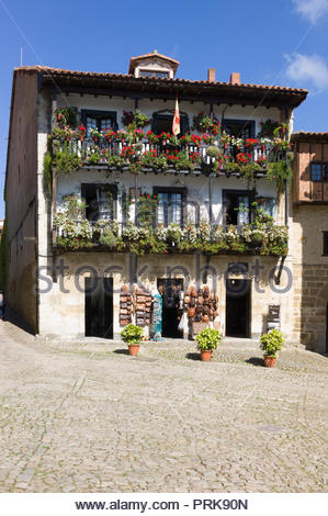 Medieval three-storey house and gift shop in the medieval town of Santillana del Mar, Cantabria, Northern Spain. - Stock Photo