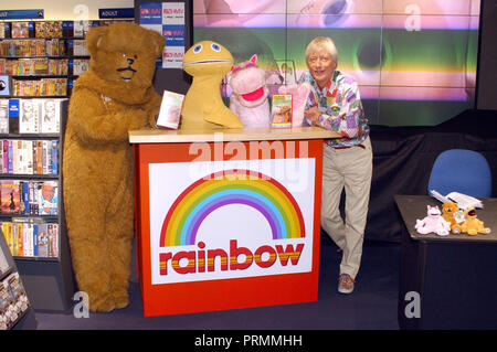 ©ALPHA 045609 22/10/2001 BUNGLE  ZIPPY  GEORGE & GEOFFREY HAYES -'RAINBOW' VIDEO SIGNING AT HMV IN OXFORD STREET  LONDON - Stock Photo