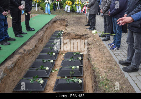 04 October 2018, Brandenburg, Wuhden: The mortal remains of German soldiers from the Second World War are embedded in small coffins at the Wuhden War Gravesite. The 17 dead soldiers were killed in the past months and years by the Verein zur Bergung Gefallener in Osteuropa e.V. (Association for the Recovery of Fallen in Eastern Europe). (VBGO) in the Klessin room near Wuhden. Since 2005, the association has been searching for World War victims in the vicinity of the small village of Klessin. Here, in February and March 1945, a major battle took place for the Soviet bridgehead west of the Oder. - Stock Photo