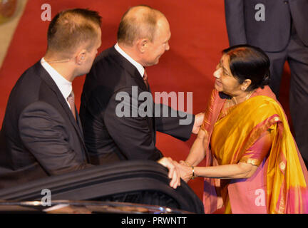 New Delhi. 4th Oct, 2018. Russian President Vladimir Putin is received by Indian External Affairs Minister Sushma Swaraj in New Delhi on Oct. 4, 2018. Putin arrived in India for a two-day official visit. Credit: Partha Sarkar/Xinhua/Alamy Live News - Stock Photo
