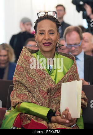Berlin, Deutschland. 02nd Oct, 2018. Jocelyn B. SMITH (Berlin, Saengerin) Honoring and awarding of the Order of Merit of the Federal Republic of Germany to citizens and citizens by the Federal President at Schloss Bellevue, Berlin, Germany on 02.10.2018. | Usage worldwide Credit: dpa/Alamy Live News - Stock Photo