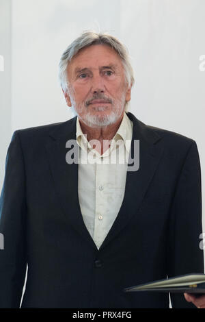 Berlin, Deutschland. 02nd Oct, 2018. Christian BRUECKNER (Berlin, voice actor). Honoring and awarding the Order of Merit of the Federal Republic of Germany to citizens and citizens by the Federal President at Schloss Bellevue, Berlin, Germany on 02.10.2018. | Usage worldwide Credit: dpa/Alamy Live News - Stock Photo