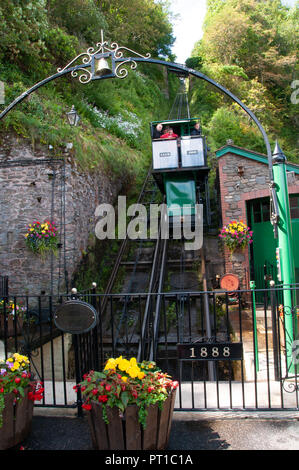 Green carriage descending the incredibly steep railway from Lynton to Lynmouth on the North Devon coast. - Stock Photo