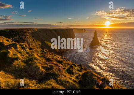 UK, Scotland, Caithness, Coast of Duncansby Head, Duncansby Stacks at sunrise - Stock Photo
