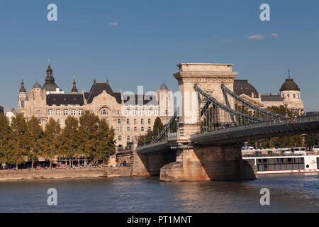 Chain bridge with view over Danube to the hotel Four Seasons Gresham Palace, Budapest, Hungary - Stock Photo