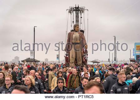 New Brighton. United KIngdom.  5th  October. 2018. Liverpool's Dream event. The Giant strolls on the beach near the Perch Rock lighthouse at New Brighton on the Wirral. The Royal de Luxe of France giant puppets are in town for four days during which they will be seen at vaious parts of the city and the Wirral. Credit: John Davidson/Alamy Live News - Stock Photo