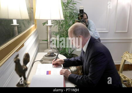 New Delhi, India. 05th Oct, 2018. NEW DELHI, INDIA - OCTOBER 5, 2018: Russia's President Vladimir Putin signs distinguished visitors' book at the Rashtrapati Bhavan (President's House). Mikhail Klimentyev/Russian Presidential Press and Information Office/TASS Credit: ITAR-TASS News Agency/Alamy Live News - Stock Photo