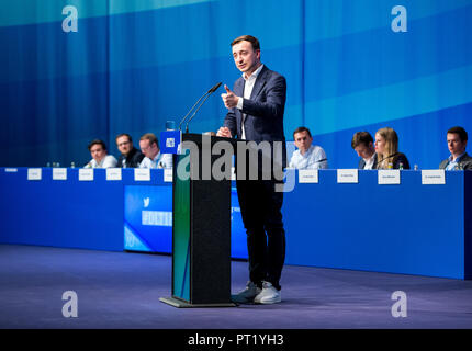 05 October 2018, Schleswig-Holstein, Kiel: Paul Ziemiak, Federal Chairman of the Junge Union Deutschland (JU), speaking during the Germany Day of the Junge Union (JU). Around 1000 delegates and guests met at the meeting of the youth organisation to discuss how Germany can remain stable and economically successful in 2030. Photo: Daniel Bockwoldt/dpa