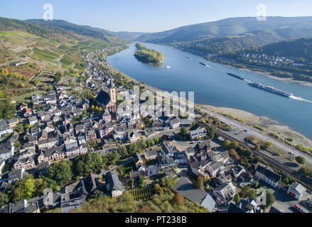 Lorch, Hessen. 05th Oct, 2018. Ships sailing an a row one behind the other in the fairway of the Rhine (aerial photograph with a drone). After an extremely dry summer, the Rhine is now struggling with record-breaking low levels. Credit: Boris Roessler/dpa/Alamy Live News - Stock Photo