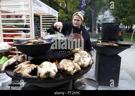 Moscow, Russia. 06th Oct, 2018. MOSCOW, RUSSIA - OCTOBER 6, 2018: Cooking chicken at the annual 2018 Tbilisoba Festival of Georgian Culture at the Moscow Hermitage Garden. Artyom Geodakyan/TASS Credit: ITAR-TASS News Agency/Alamy Live News - Stock Photo