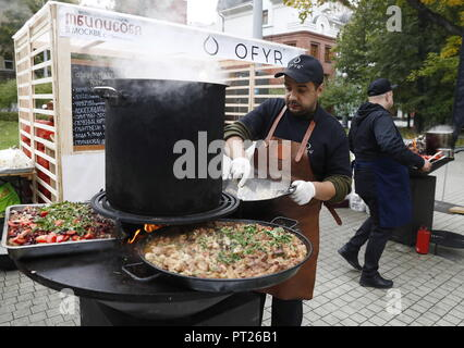 Moscow, Russia. 06th Oct, 2018. MOSCOW, RUSSIA - OCTOBER 6, 2018: Cooking meat at the annual 2018 Tbilisoba Festival of Georgian Culture at the Moscow Hermitage Garden. Artyom Geodakyan/TASS Credit: ITAR-TASS News Agency/Alamy Live News - Stock Photo
