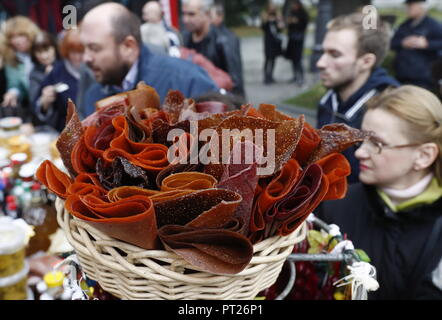 Moscow, Russia. 06th Oct, 2018. MOSCOW, RUSSIA - OCTOBER 6, 2018: Traditional food at the annual 2018 Tbilisoba Festival of Georgian Culture at the Moscow Hermitage Garden. Artyom Geodakyan/TASS Credit: ITAR-TASS News Agency/Alamy Live News - Stock Photo