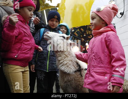 Moscow, Russia. 06th Oct, 2018. MOSCOW, RUSSIA - OCTOBER 6, 2018: Children at the annual 2018 Tbilisoba Festival of Georgian Culture at the Moscow Hermitage Garden. Artyom Geodakyan/TASS Credit: ITAR-TASS News Agency/Alamy Live News - Stock Photo