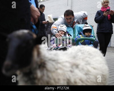 Moscow, Russia. 06th Oct, 2018. MOSCOW, RUSSIA - OCTOBER 6, 2018: A family at the annual 2018 Tbilisoba Festival of Georgian Culture at the Moscow Hermitage Garden. Artyom Geodakyan/TASS Credit: ITAR-TASS News Agency/Alamy Live News - Stock Photo
