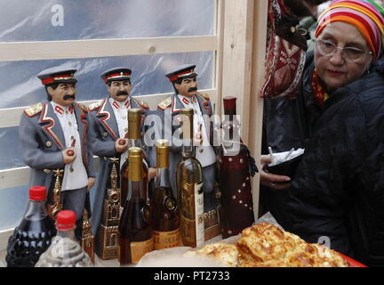Moscow, Russia. 06th Oct, 2018. MOSCOW, RUSSIA - OCTOBER 6, 2018: Souvenirs on sale at the annual 2018 Tbilisoba Festival of Georgian Culture at the Moscow Hermitage Garden. Artyom Geodakyan/TASS Credit: ITAR-TASS News Agency/Alamy Live News - Stock Photo