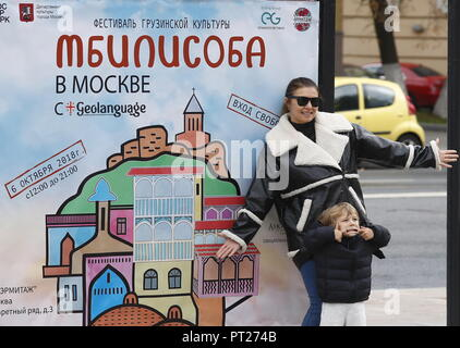 Moscow, Russia. 06th Oct, 2018. MOSCOW, RUSSIA - OCTOBER 6, 2018: Visitors pose at the annual 2018 Tbilisoba Festival of Georgian Culture at the Moscow Hermitage Garden. Artyom Geodakyan/TASS Credit: ITAR-TASS News Agency/Alamy Live News - Stock Photo