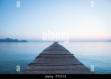 Europa Spanien  Nord Mallorca Playa de Muro, langer Holzsteg in der Bucht von Alcudia bei Sonnenaufgang