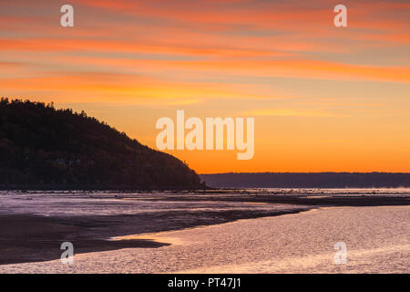 Canada, Quebec , Capitale-Nationale Region, Charlevoix, Baie St-Paul, St. Lawrence River, dawn - Stock Photo
