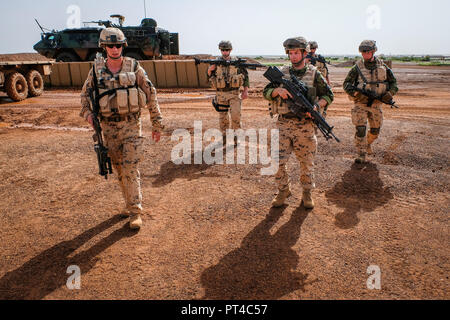 Estonian infantry platoon ESTPLA-26, participating in French-led Operation Barkhane in the West African country of Mali, commenced their primary task of manning entrances and control posts at the Gao base in the northeast of the country. Gao - Mali - august 2018. Le peloton d'infanterie estonien ESTPLA-26, qui participe à l'opération Barkhane, dirigée par des Français, au Mali, pays d'Afrique de l'Ouest, a commencé sa mission principale d'entrées et de postes de contrôle dans la base de Gao, au nord-est du pays. Gao - Mali - août 2018. - Stock Photo