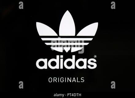 das Logo der Marke/ the logo of the brand 'Adidas', Helsinki   (nur fuer redaktionelle Verwendung. Keine Werbung. Referenzdatenbank: http://www.360-be - Stock Photo
