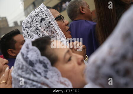 Lima, Peru. 06th Oct, 2018. A woman prays during a procession in honour of the 'Senor de los Milagros' (Lord of Miracles). 'Senor de los Milagros' is a Catholic festival that is celebrated every year in Lima. Credit: Geraldo Caso/dpa/Alamy Live News - Stock Photo