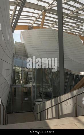 This sensational futuristic Frank Gehry building houses an art complex of galleries for the Fondation Louis Vuitton in Bois de Boulogne, Paris, France - Stock Photo