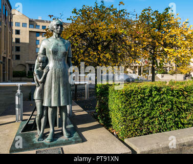 Woman and child bronze sculpture by Ann Davidson, Festival Square in Autumn, Edinburgh, Scotland, UK - Stock Photo