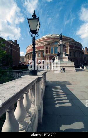 The Royal Albert Hall, one of London's premier music venues since opened by Queen Victoria in 1871, not only staging concerts of all types but also well-knownfor the Proms, an annual summer happening of varying musical events, Kensington Gore, South Kensington, London, SW7, England. - Stock Photo