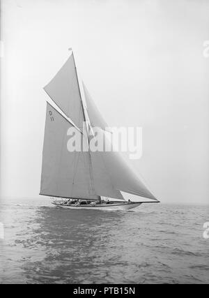 The 15-metre class 'Maudrey' sailing close-hauled, 1913. Creator: Kirk & Sons of Cowes. - Stock Photo