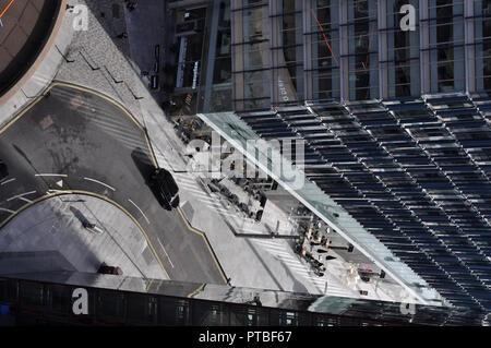 London, UK. Oct, 2018: View from tenth floor Blavatnik Building, looking down at streets below, street scenes, aerial view. Credit: Katherine Da Silva - Stock Photo