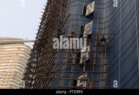 Hong Kong, CHINA. 9th Oct, 2018. Bamboo scaffoldings are being constructed along the outer wall of an old hotel awaiting to be demolished. Hong Kong preserves the classic skill of bamboo scaffolding as a Chinese traditional architectural craft. Oct-9, 2018 Hong Kong.ZUMA/Liau Chung-ren Credit: Liau Chung-ren/ZUMA Wire/Alamy Live News - Stock Photo