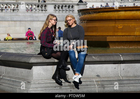 Trafalgar Square. London, UK. 9th Oct, 2018. People enjoy an autumnal sunshine in Trafalgar Square on a warm October day as the temperature in the South East reaches 19 degrees celsius. October is likely to be the hottest month in 7 years as the Indian Summer returns in the capital. Credit: Dinendra Haria/Alamy Live News - Stock Photo