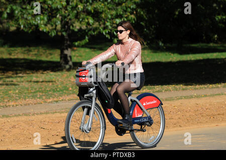 London, UK, 9th Oct 2018. Sunny day in Hyde Park midweek in October Credit: JOHNNY ARMSTEAD/Alamy Live News - Stock Photo