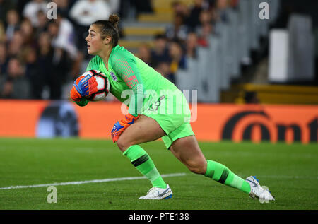 London, UK. October 09 2018. Mary Earps of England during International Women friendly between England Women( The Lionesses) and Australia Women ( Matidas) at Craven Cottage Stadium, London , England on 09 Oct 2018.  Credit: Action Foto Sport/Alamy Live News - Stock Photo