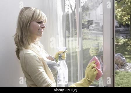 20-30 Jahre, Fenster, Fensterputzen, Fensterscheiben, Freizeitkleidung, Glasreiniger, Gruendlichkeit, Gummihandschuhe, Handschuhe, Hausarbeit, Hausfra - Stock Photo