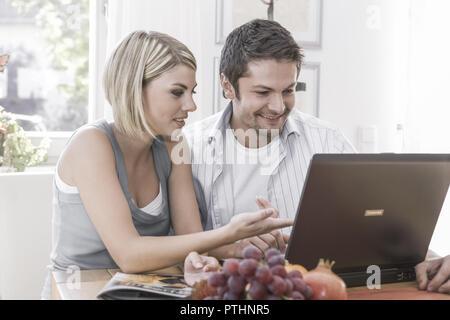 People, Frau, Mann, Paar, zwei, jung, Computer, Laptop, Internet, eMail, Notebook, Lernen, Tragbar, Datenverarbeitung, Internetsurfen, Chatten, Mailen - Stock Photo