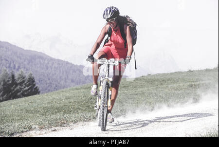 Junge Frau bei einer Tour mit dem Mountainbike (Modellfreigabe) - Stock Photo
