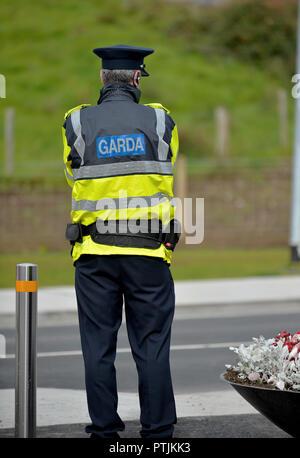 Member of the An Garda Siochana, Irish police, on duty in Buncrana, County Donegal, Ireland. ©George Sweeney / Alamy - Stock Photo