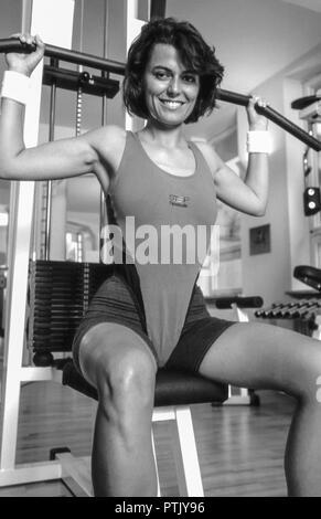 Frau, Fitnesscenter, Trainingsgeraet, S/w, Aktivitaet, , Erwachsene, Fitness, Fitnessgeraet, Gesundheit, Kraft, Kraeftig, Krafttraining, Schwarzweiss, - Stock Photo