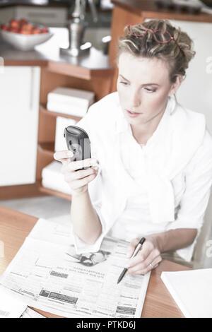 Frau Tageszeitung Stellenanzeigen Markieren Telefonieren Arbeitssuche Arbeitslos Arbeitslosigkeit Jobsuche Zeitung Stellenangebote Stellenmarkt Arbeit - Stock Photo