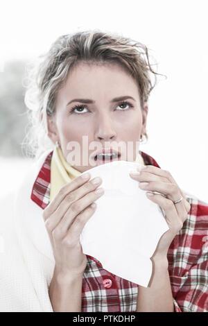 Frau Jung Schnupfen Taschentuch Erkaeltung Krank Krankheit Grippe Grippeerkranknung Nase Putzen Gesicht Viruserkrankung Influenza Virusgrippe Papierta - Stock Photo